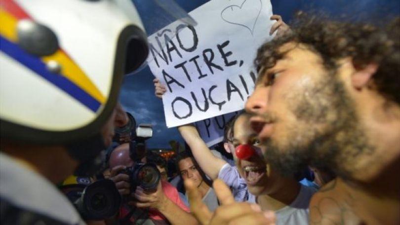 Manifestante conversa com policial em protesto em Brasília