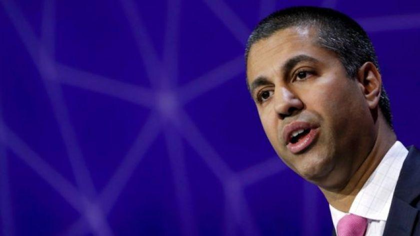 El presidente de la Comisión Federal de Comunicaciones de EE.UU., Ajit Pai, está a favor de mantener la restricción de hablar por teléfono en los aviones.
