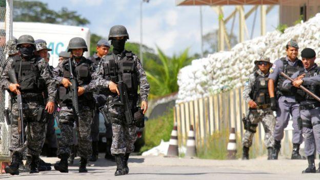 Agentes de segurança armados no entorno de presídio em Manaus