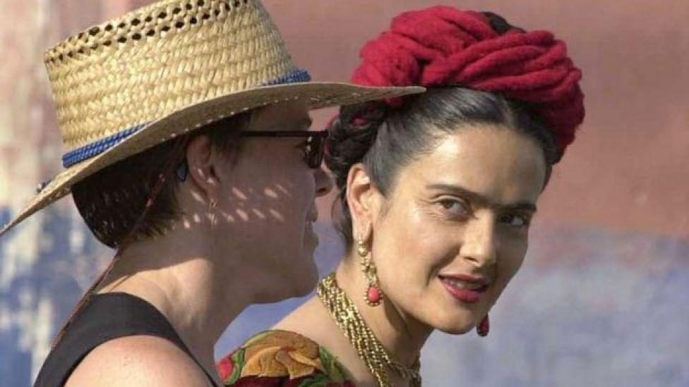 Salma Hayek personificando a Frida Kalho