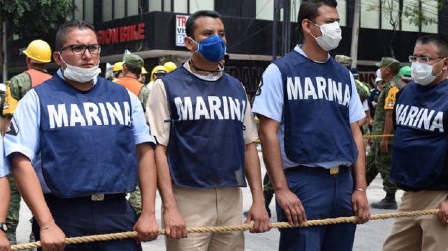Efectivos de la Marina en una zona de derrumbe de Ciudad de México.