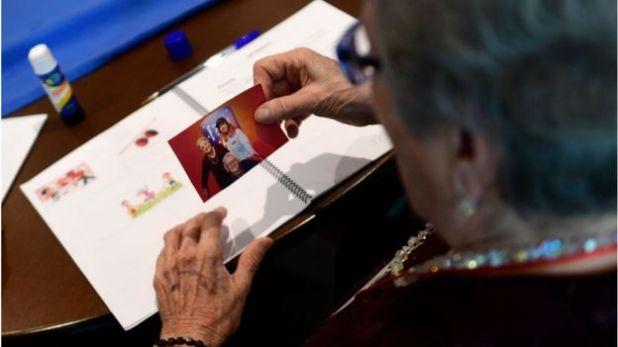 Una mujer mira una foto
