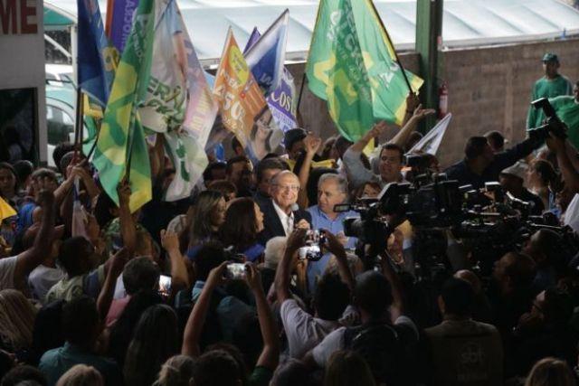 Geraldo Alckmin fala repórteres