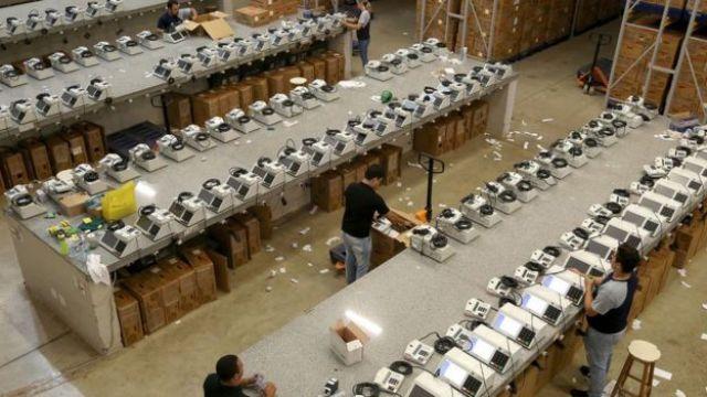 Dezenas de urnas eletrônicas são organizadas no Mato Grosso