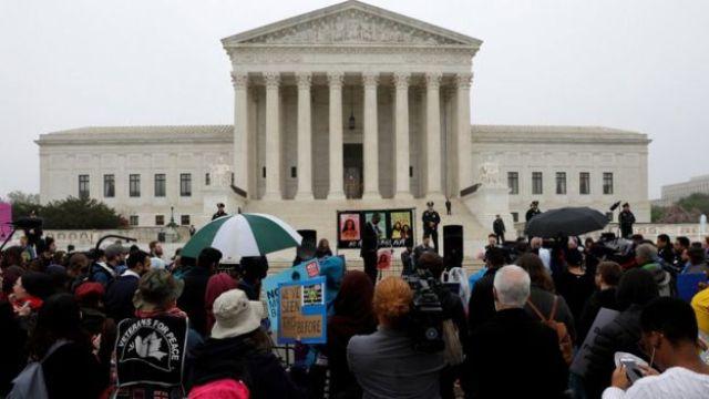Manifestantes e jornalistas diante da Suprema Corte dos EUA