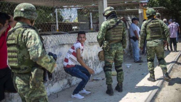 Soldados patrullan la ciudad de Acapulco en el estado Guerrero