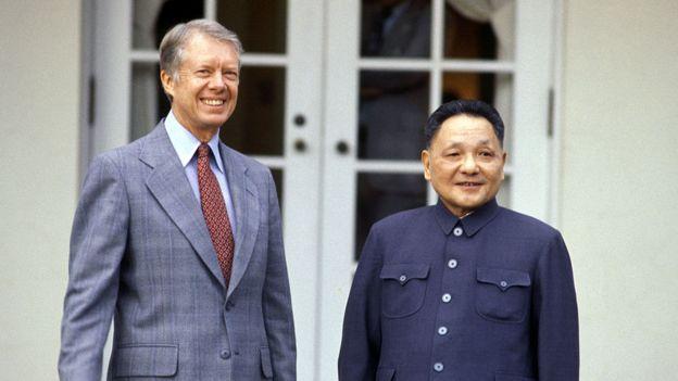 Foto de Jimmy Carter e Deng Xiaoping, em Washington