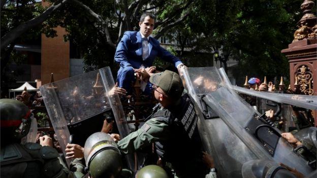 Juan Guaidó trepa la reja.