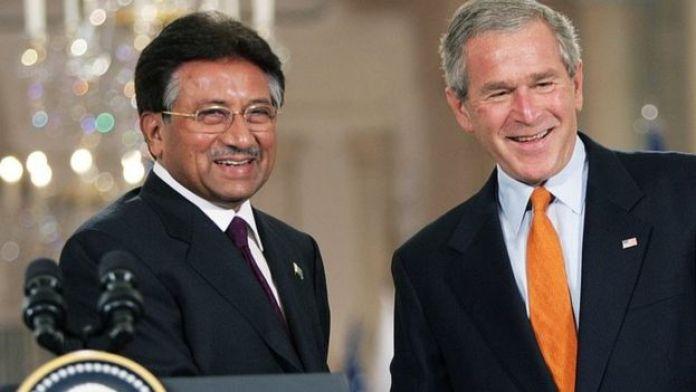 US President George W. Bush (R) shakes (shaking) hands with Pakistani President Pervez Musharraf (L) in 2006 press conferece