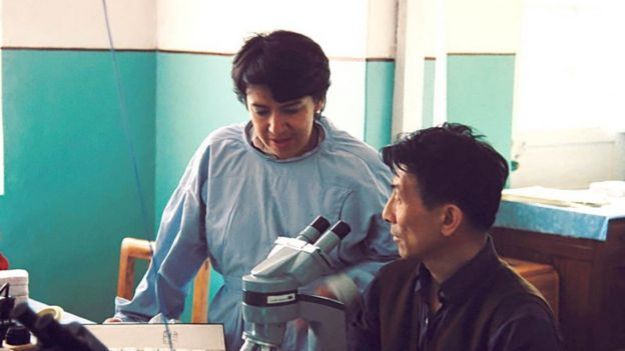 Nubia Muñoz y colega en China.jpg