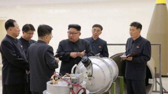 Líder norte-coreano, Kim Jong-un (no centro), conversa com militares
