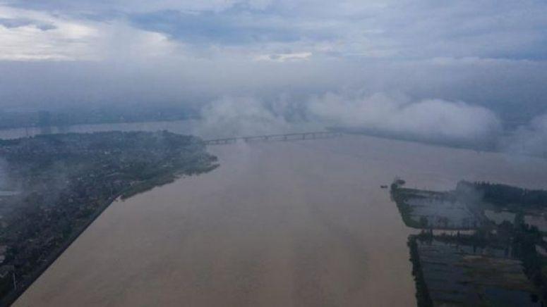 长江下游钱塘江水位超过警戒,钱塘江流域启动防汛Ⅰ级应急响应,转移安置超过5.7万人。