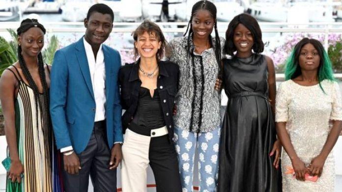 """De gauche à droite, les acteurs sénégalais Mariama Gassama et Amadou Mbow, la réalisatrice Mati Diop, les actrices Mame Bineta Sané, Nicole Sougou et Aminata Kane, Sénégalaises aussi, lors de la présentation du film """"Atlantique"""" à Cannes, le 17 mai 2019."""