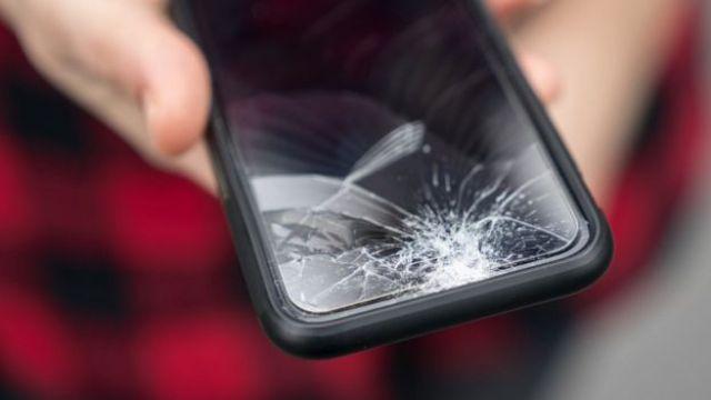 Tela de smartphone quebrada