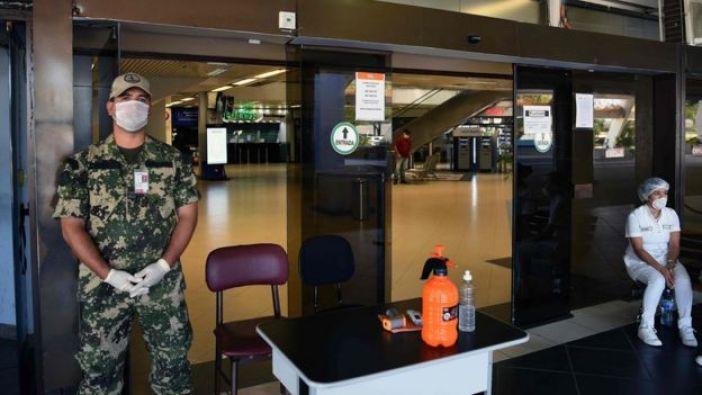 Un militar y una enfermera a la puerta del aeropuerto de Luque, cerca de Asunción, Paraguay
