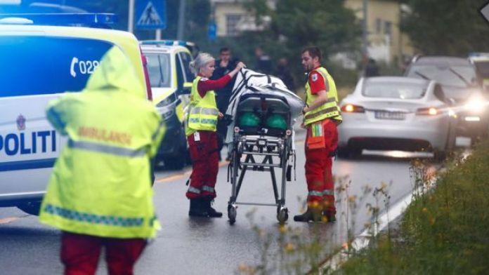 Petugas medis darurat berdiri di dekat sebuah tandu setelah penembakan di masjid Al-Noor Islamic Center, dekat Oslo, pada hari Sabtu (10/08/2019).