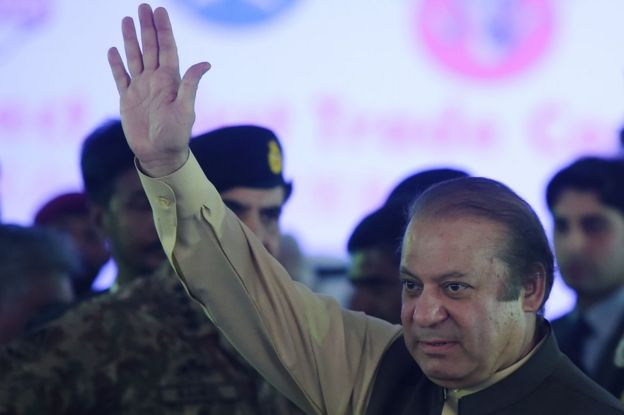 Pakistan's Prime Minister Nawaz Sharif waves to supporters in Gwadar port, Pakistan. 13 November 2016.