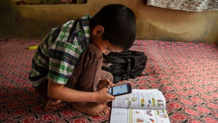un enfant utilise Zoom pour ses devoirs