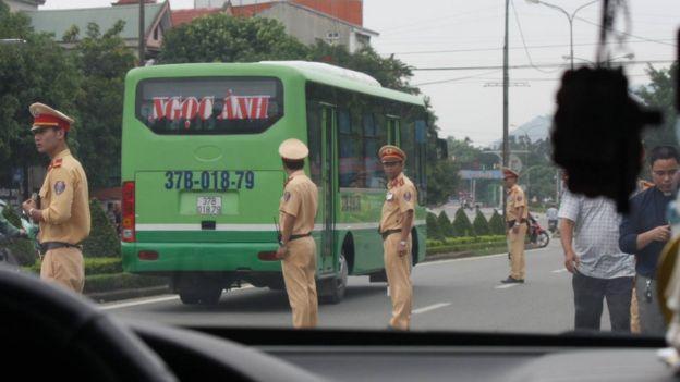 Hình ảnh tại hiện trường cho thấy nhiều công an chặn đoàn xe