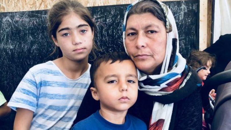 Sara Khan e dois filhos