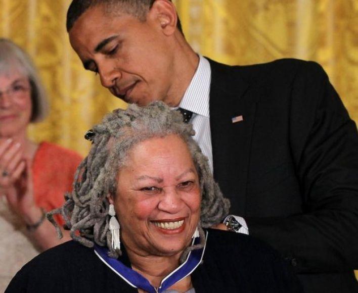 الرئيس الأمريكي السابق باراك أوباما يقلد موريسون ميدالية الحرية