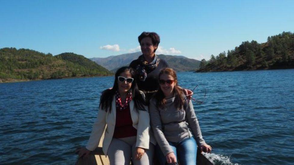 Tres profesoras en un barco en camino para visitar a Niko.