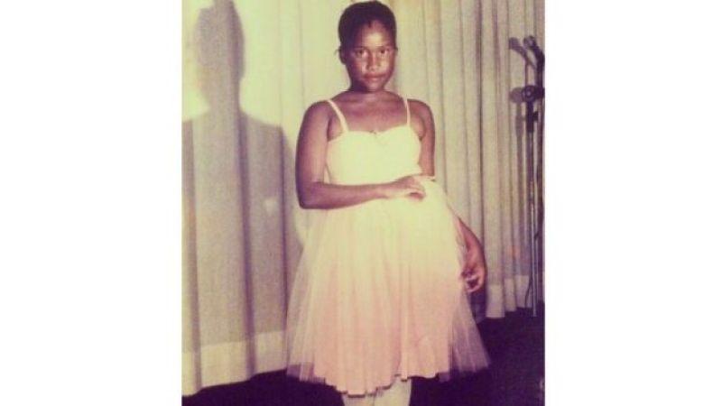 Sabrina com uniforme do balé quando criança