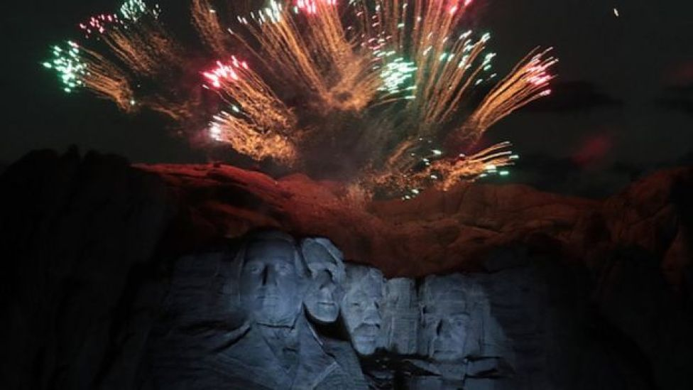 Un feu d'artifice sur le mont Rushmore