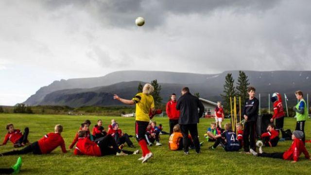 Entrenamiento de fútbol para jóvenes en Islandia