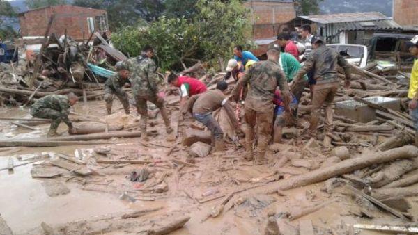 Soldados ayudando a las víctimas del deslave.