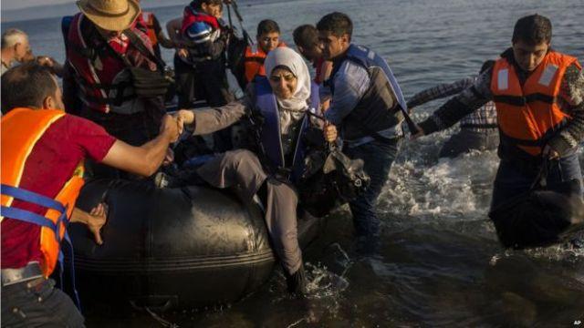 Migrants coming ashore at Lesbos, 27 Jul 15