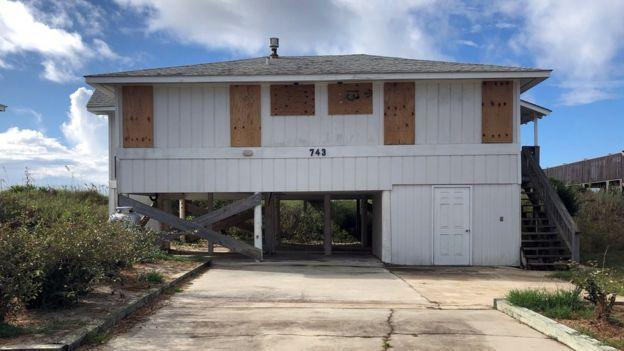 Casa com portas e janelas reforçadas com madeira, em preparativo para a chegada do furacão Florence, que ameça os EUA