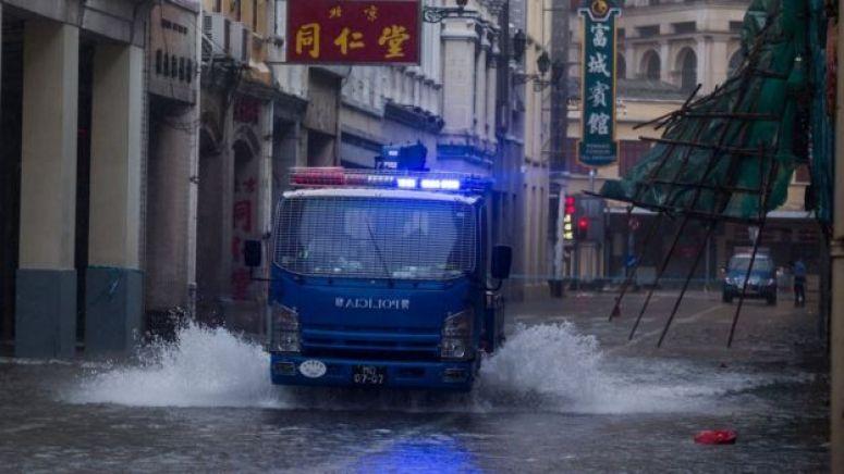 山竹台风下一辆澳门治安警察车辆在内港淹水区域巡逻(16/9/2019)