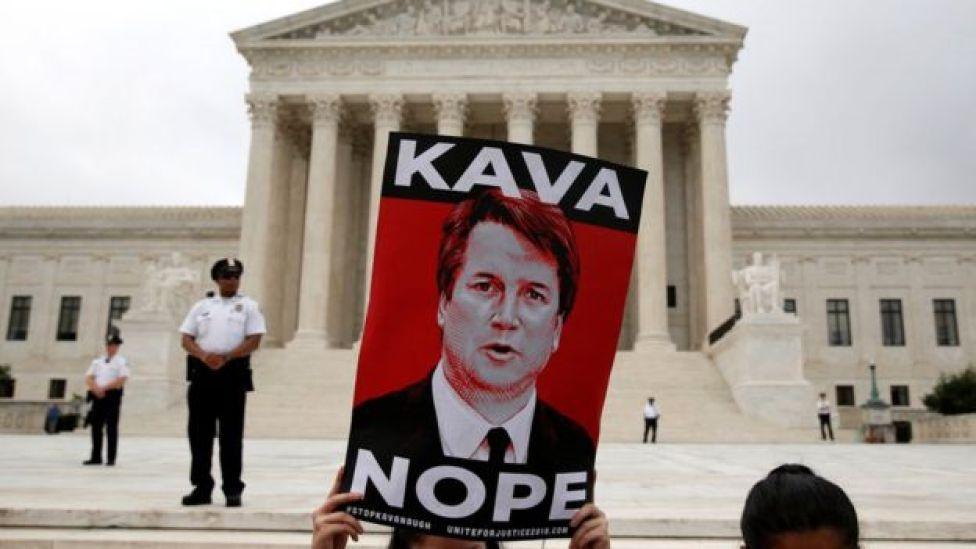 """Cartel que dice """"Kava Nope"""", es decir """"Kavanaugh no""""."""