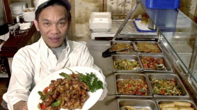 Cocinero chino enseña su plato