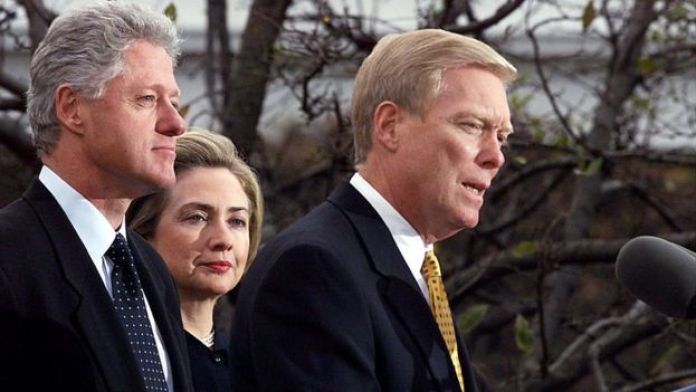Bill y Hillary Clinton en diciembre de 1998 con el para en ese entonces líder de la Cámara de Representantes, el republicano Dick Gephardt.