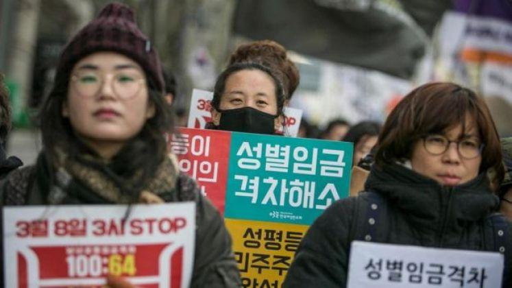 نساء في كوريا الجنوبية ينظمن احتجاجا ضد عدم المساواة بين الجنسين والمضايقات الجنسية في أماكن العمل في العاصمة سيول