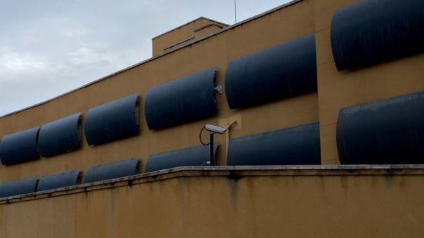 Ventanas cubiertas en el centro de internamiento de extranjeros en Aluche, Madrid