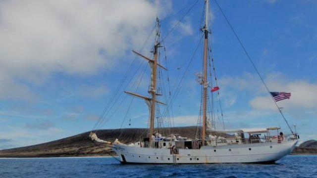 Navio SSV Robert C. Seamans na costa da nova ilha no Pacífico