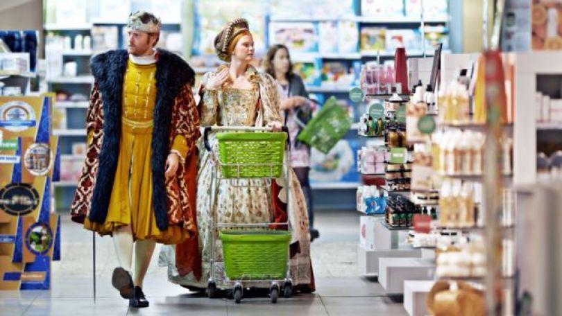 Homem e mulher vestidos de rei e princesa