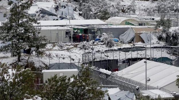 غطت الثلوج مخيم للاجئين في الجزر اليونانية