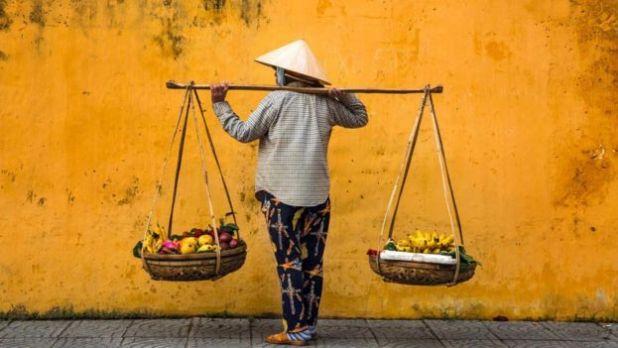 Dù thời đại đã thay đổi nhưng nhiều điều ở đây vẫn được giữ lại, như những người bán hàng rong này, họ gánh rau quả trong thúng từ chợ về quầy hàng. Mỗi ngày hàng trăm du khách đi qua các phố của khu phố cổ này.