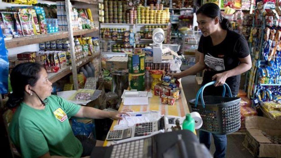 Mujer en una tienda de abarrotes