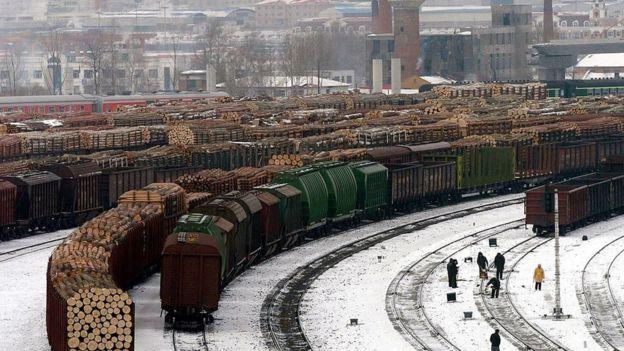 Esta imagen de 2005 muestra trenes cargados de madera rusa cruzando por la estación de ferrocarril de Suifenhe.