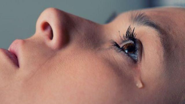 Una mujer llorando