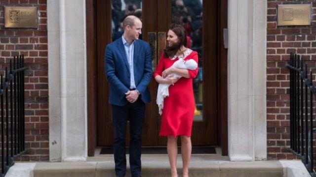 William e Kate ao apresentarem ao mundo seu então recém-nascido, George