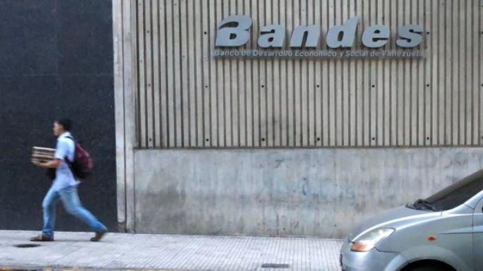 Logo de Bandes en una calle de Caracas.