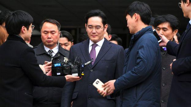 Người thừa kế Samsung Lee Jae-Yong là tâm điểm trong vụ điều tra ở Hàn Quốc