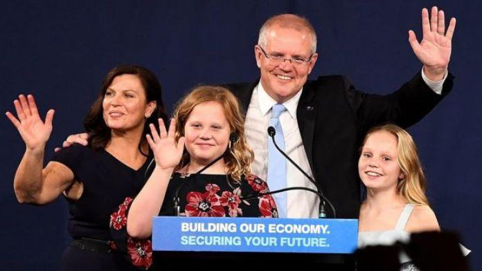 Morrison com a mulher e as filhas no discurso de vitória