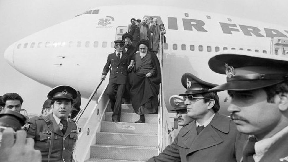 Ayatollah Ruhollah Khomeini menuruni pesawat Air France.
